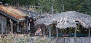 Männer, die nach dem Schwitzen in Hütten unterm Strohdach sitzen...