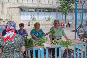 Frauen vom Lande verkaufen ihre karge Ernte auf dem Markt